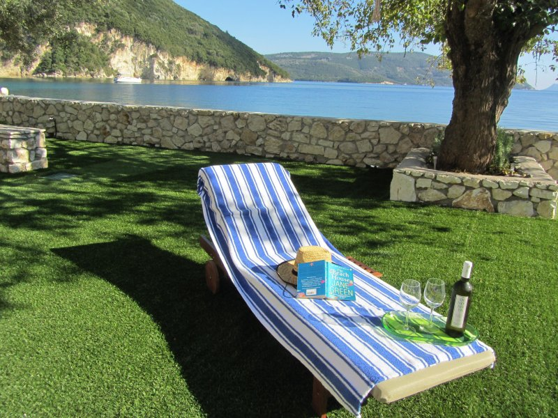 Absolute Seafront at Dolce Villa Dessimi in Dessimi Bay, holiday rental in Fterno