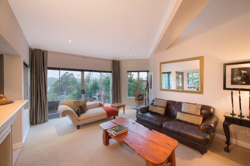 Salon avec portes coulissantes au balcon
