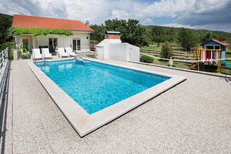 House with pool near Split, Total privacy, location de vacances à Trilj