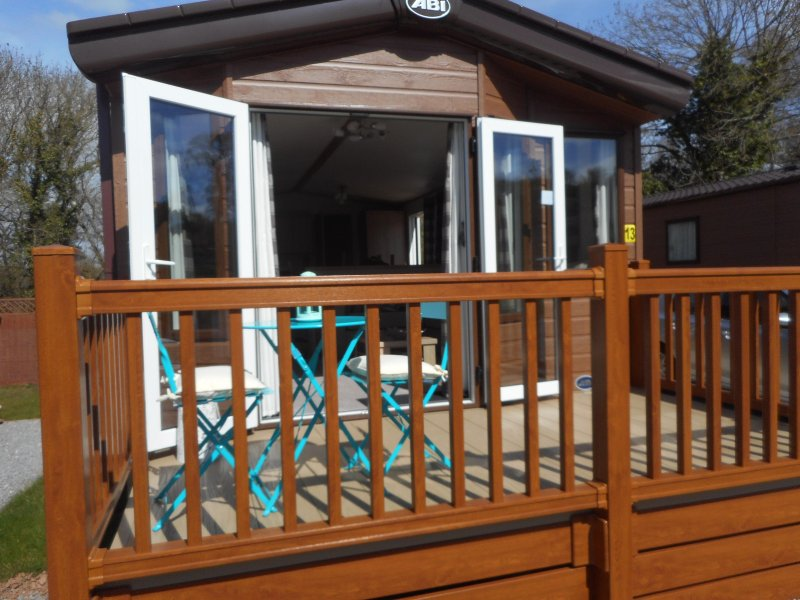 Lovely, lodge-style holiday home with front decking and seating area