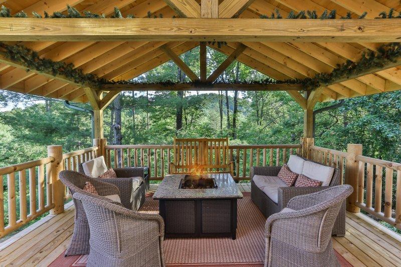 Panoramablick auf das Feuer Tisch unter der überdachten Terrasse