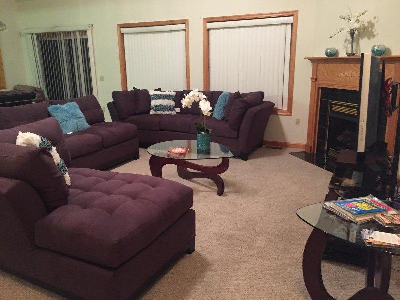 Wohnzimmer mit neuer, moderner bequemer Sofagarnitur.