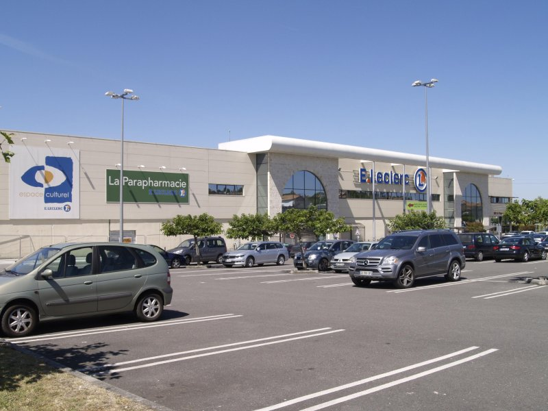 4 major supermarkets to choose from- when you HAVE to go! 10 kms away. A smaller one is only 4 kms