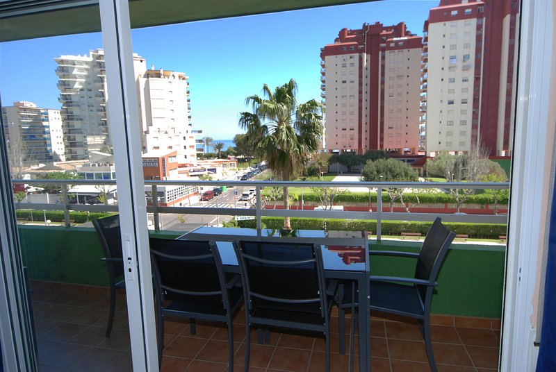 Confortable terrraza con vistas al Mar, a la Piscina y a la zona verde.
