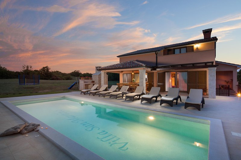 Villa San Martino on a hilltop in countryside with private pool, 8 guests, aluguéis de temporada em Nedescina