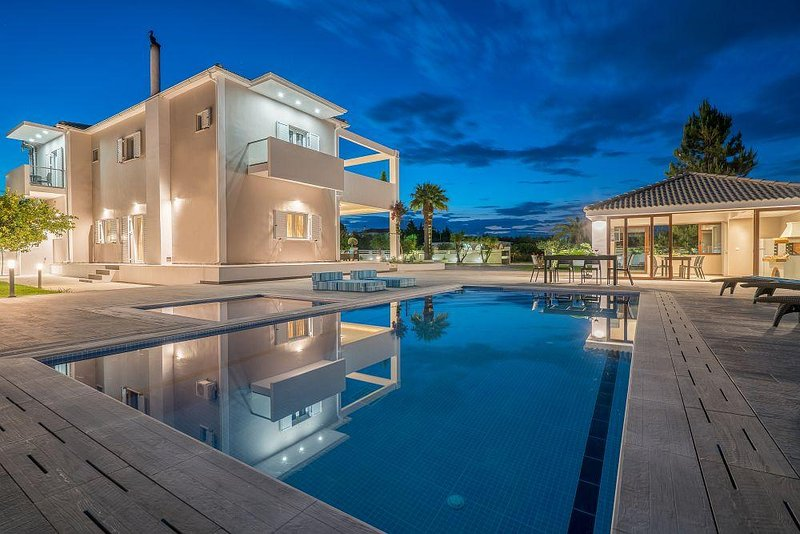 Ostria Luxury 5-Bedroom Villa with Private Pool, holiday rental in Mouzaki