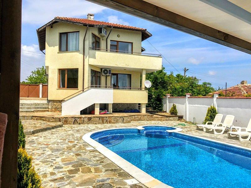 Villa Topola Bay View only 2km from Sandy Beach., location de vacances à Kamen Bryag