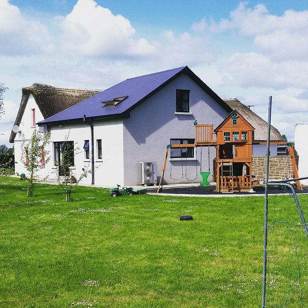 The Dairy Lodge - on working Dairy Farm that supplies milk for butter and cheese, vacation rental in Killavullen