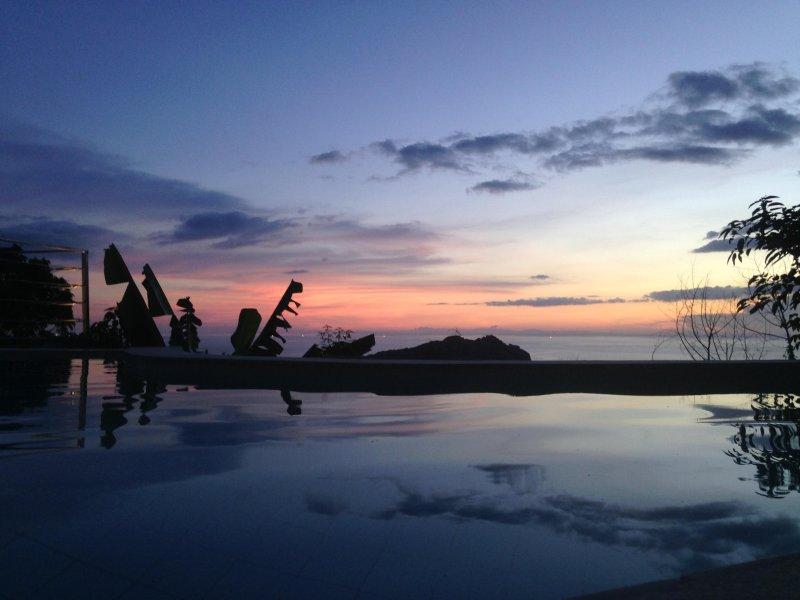 piscina con vistas al golfo de Tailandia y Koh Nang Yuan
