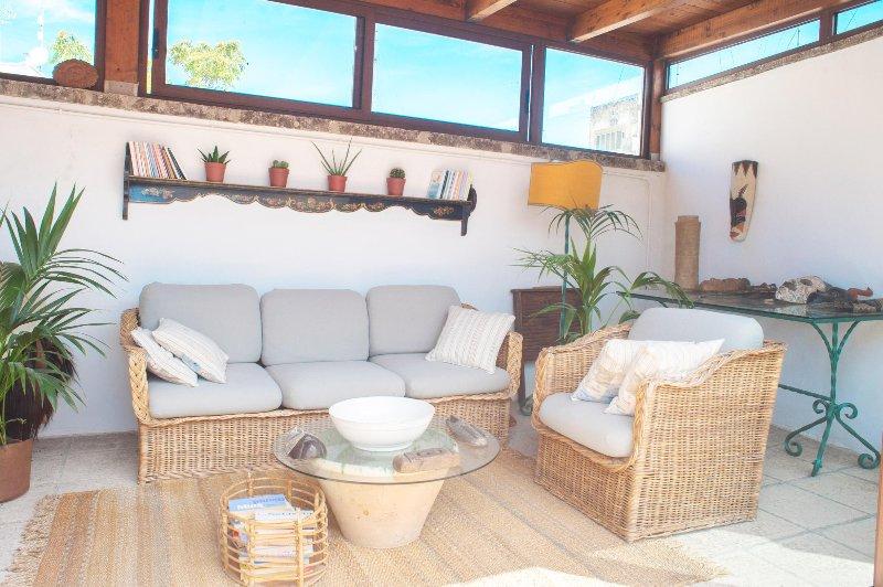 O pátio no terraço com bonitas sofás.