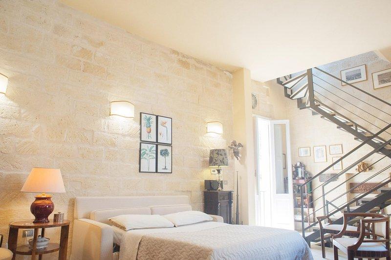 O quarto com a parede feita na pedra típica Lecce.