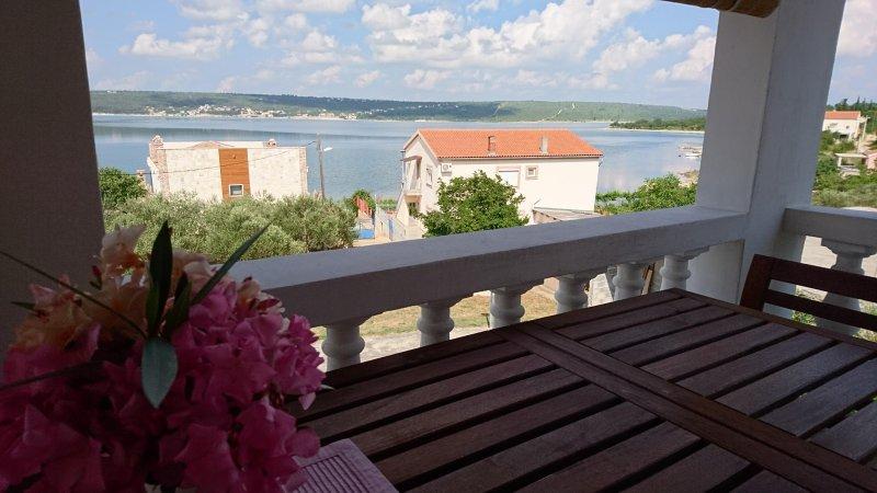 Cozy apartment close to beach, holiday rental in Gornji Karin