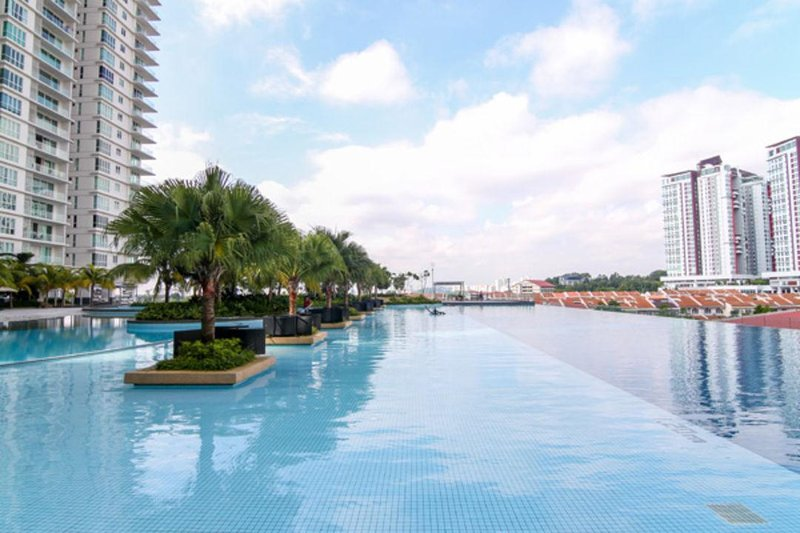 50m Olympic size infinity lap pool for serious swimmer.
