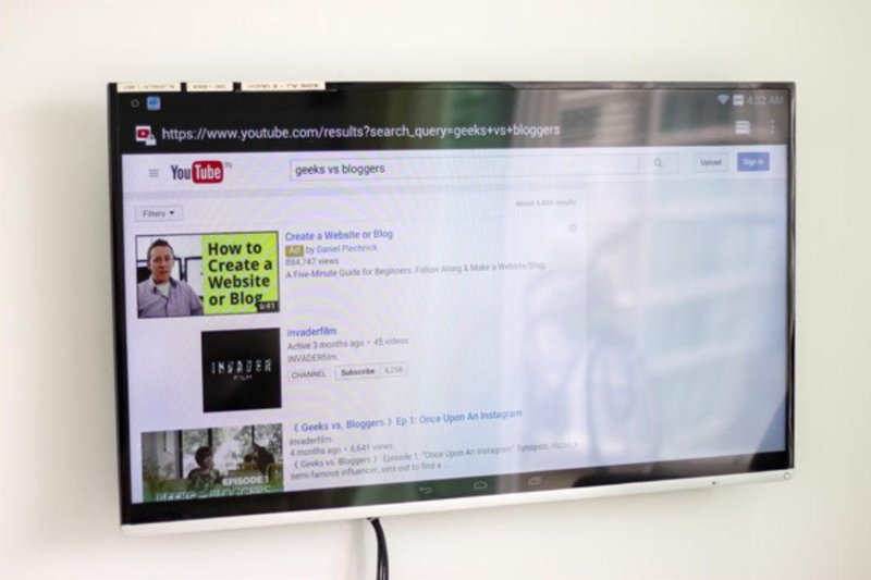 Smart TV to suft YouTube and Internet.