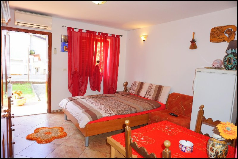 NB3 Air conditioned studio with garden view, holiday rental in Basanija