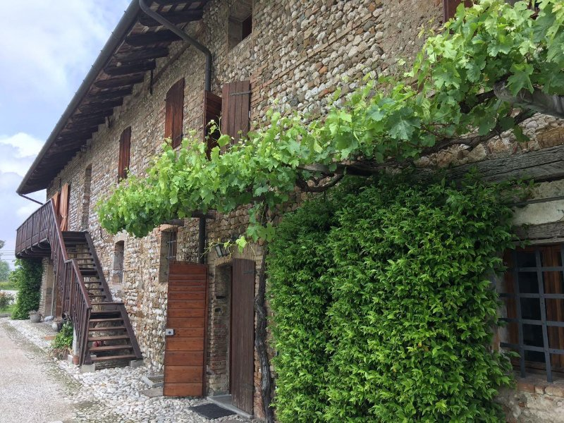 APPARTAMENTO IN CASCINALE TRA I VIGNETI, vacation rental in Tissano