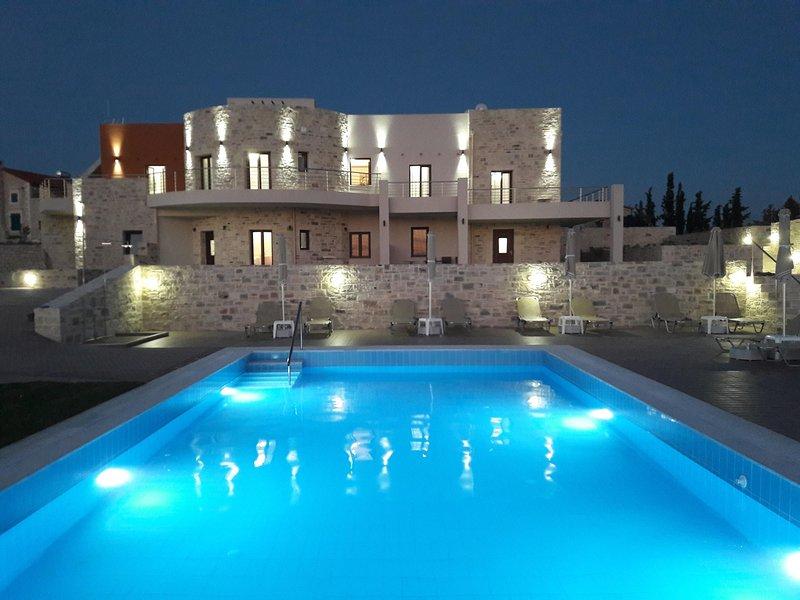 Orelia Cretan Deluxe Apartment - Der Pool bei Nacht