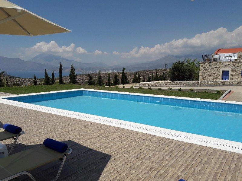 Orelia Cretense - A piscina 78 metros quadrados, com guarda-sóis e espreguiçadeiras