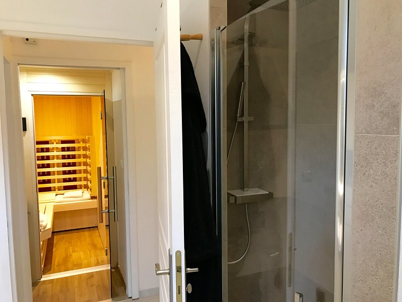 80/140 shower with direct access to Sauna