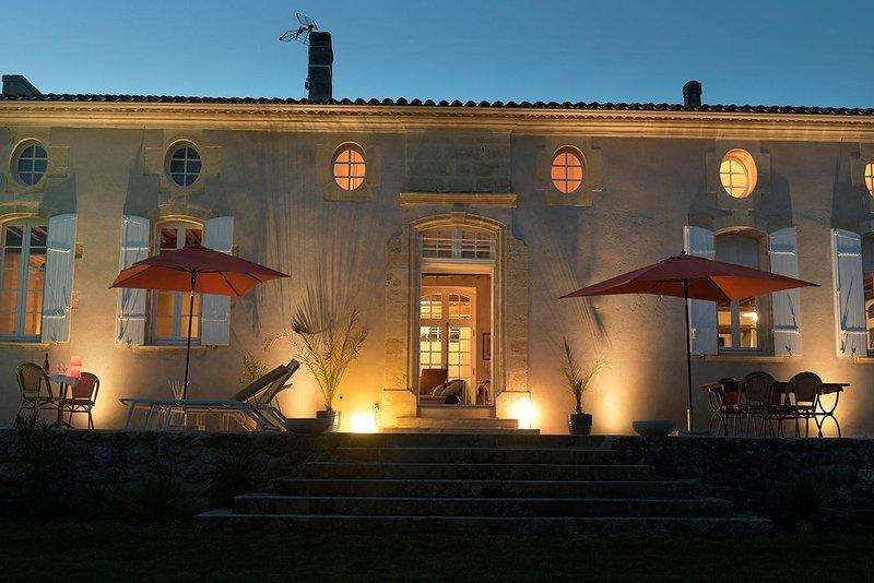 Maison de prestige du 18ème siècle avec vue sur vignoble bordelais et piscine, holiday rental in Cessac