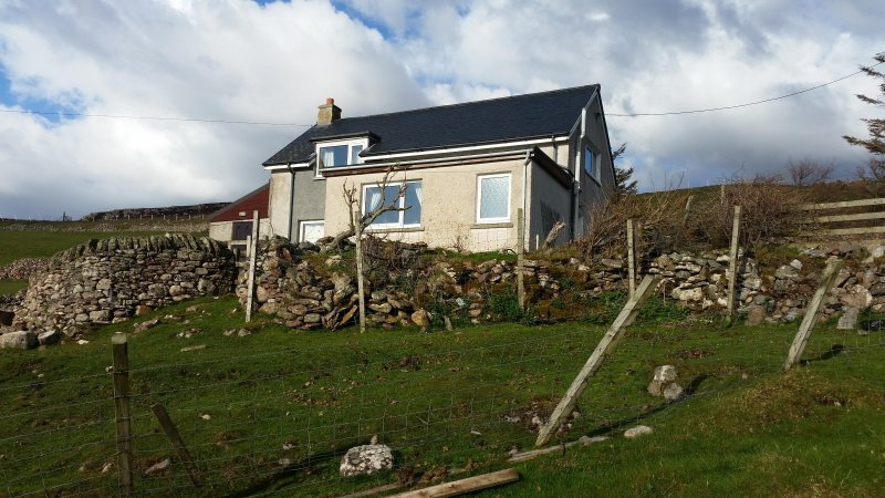 Attractive, modern and spacious holiday home in Kiirtomy, holiday rental in Bettyhill
