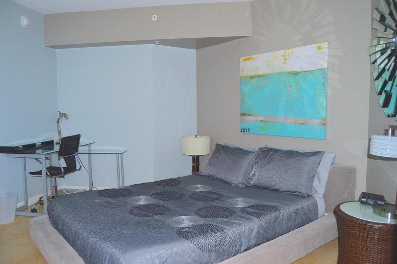 Andra sovrummet - havsutsikt, TV i sovrummet, balkong, uteservering, drottning säng.