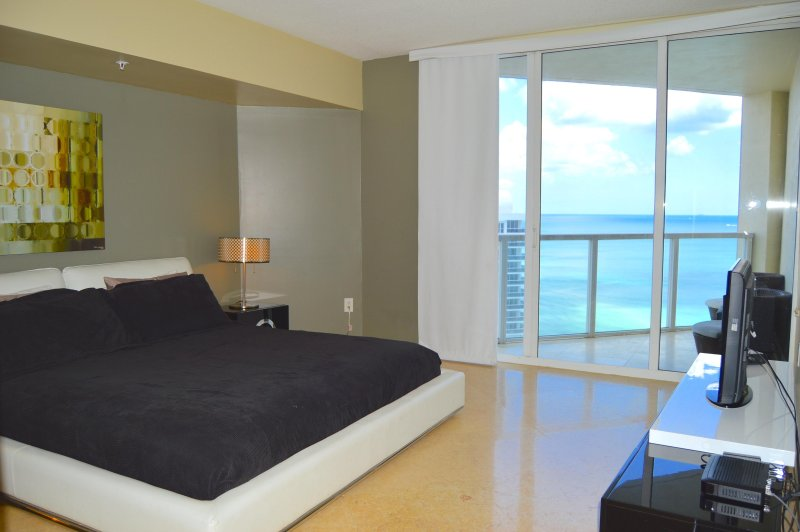 Master bedroom - havsutsikt, kung säng, modern inredning, TV i sovrummet, privat balkong.