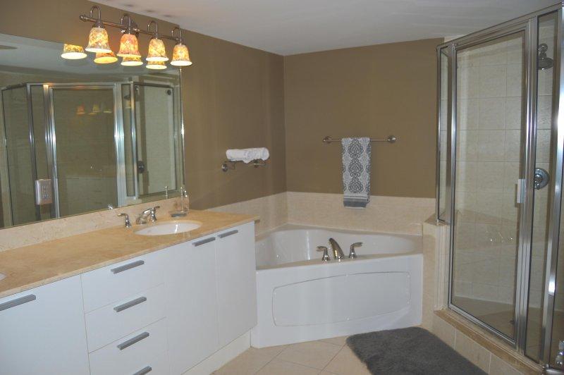 Master badrum - dubbla handfat, stora badkar, duschkabin.