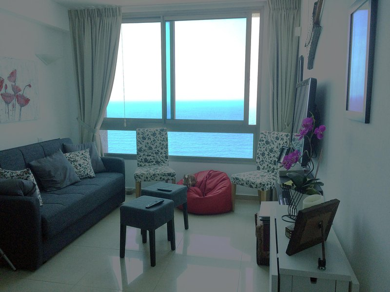 Modern sea front apartment in Netanya city center, aluguéis de temporada em Tel Mond
