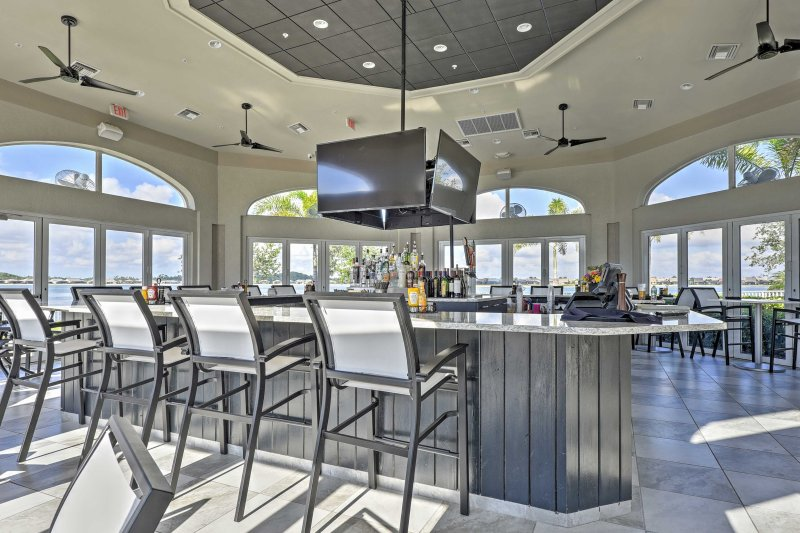 Enjoy delicious food & refreshing beverages at the community restaurant and bar.