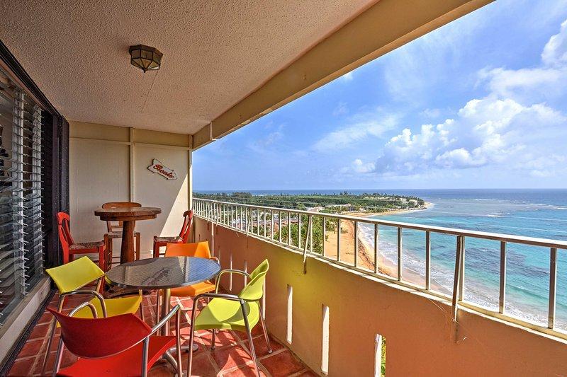 Sammeln Sie Ihre Lieben für eine erholsame Flucht nach Puerto Rico und in diesem 14. Stock Studio in Luquillo bleiben.