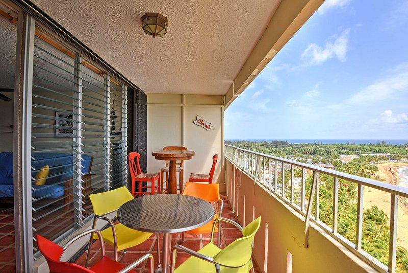 Speisen im Freien und bringen Sie Ihre Mahlzeiten auf den Balkon, um die frische Meeresbrise zu genießen.