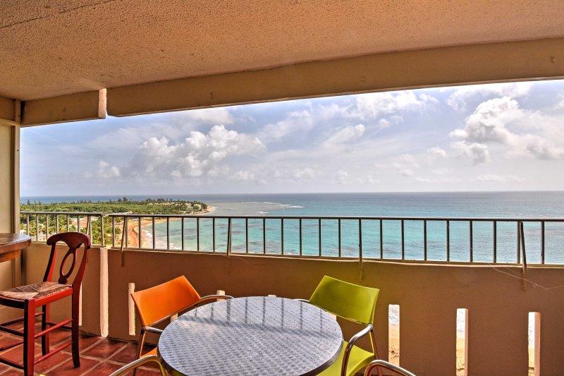 Genießen Sie Ihren Morgenkaffee, während Sie lehnen gegen den Balkon und den Blick über das schöne Meer, während die Sonne aufgeht.