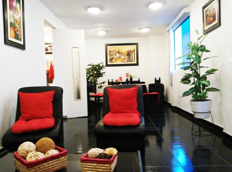Grande salle à manger, pour se reposer et partager avec télévision à écran plat, des jeux de société et netflix