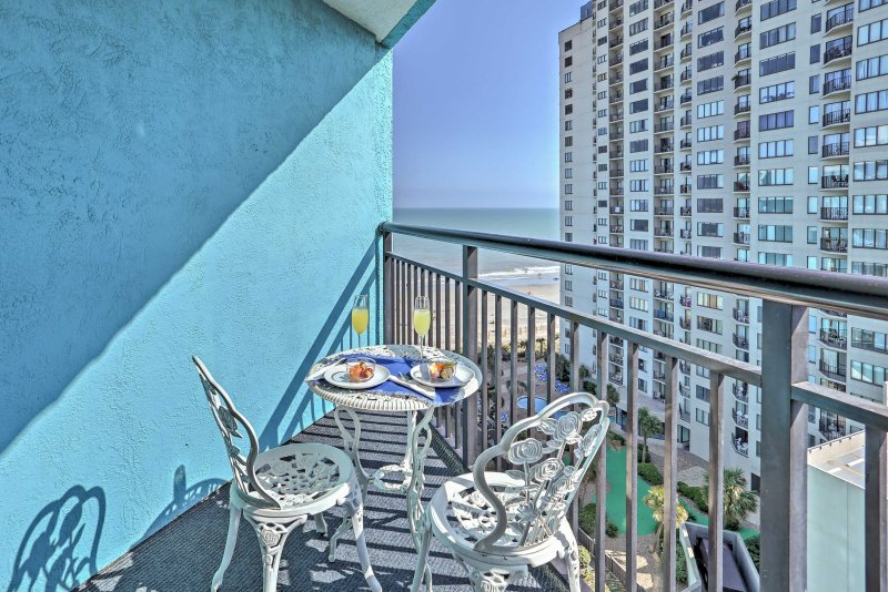 Genießen Sie den Blick auf das Meer, während Sie Ihren Kaffee am Balkontisch genießen.