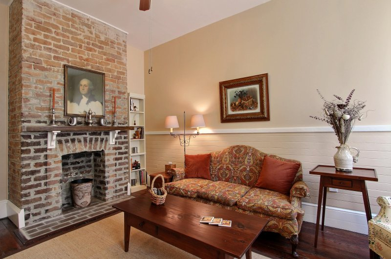 3 Bedroom Downtown Historic District House with Private Deck - Walk everywhere!, vacation rental in Thunderbolt