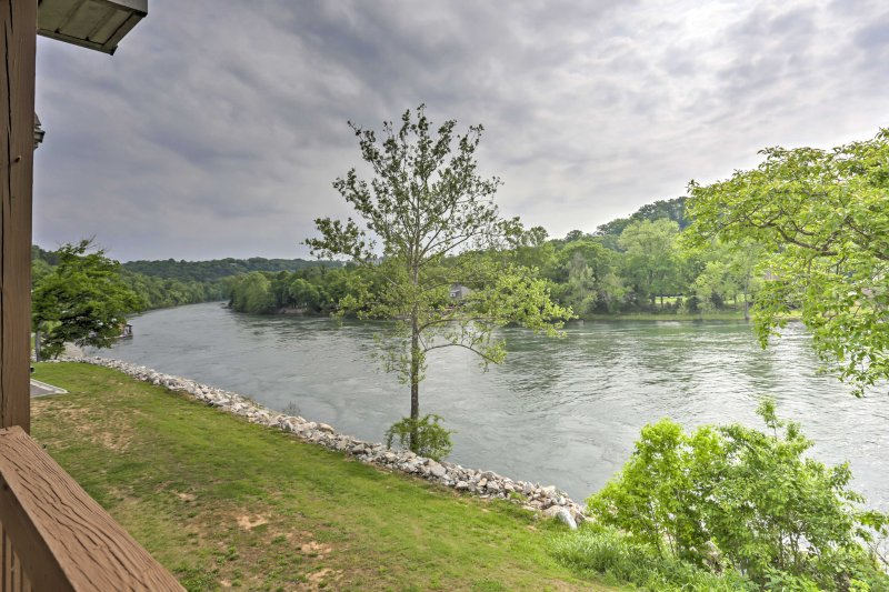 Enjoy a lakefront getaway to a peaceful, residential area and explore lively Southern Missouri attractions from this Branson vacation rental condo!
