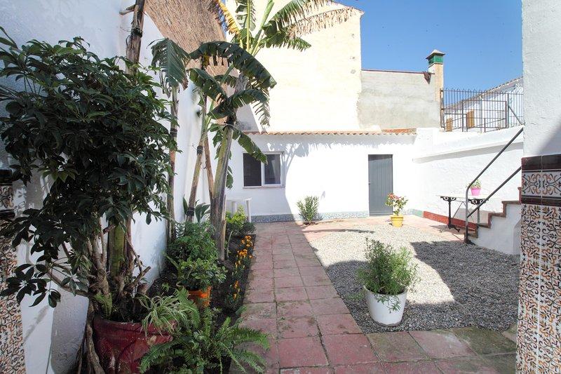 CASA CON PATIO IDEAL VACACIONES SIN COCHE, A SOLO 100METROS PLAYA., vacation rental in Vilassar de Dalt