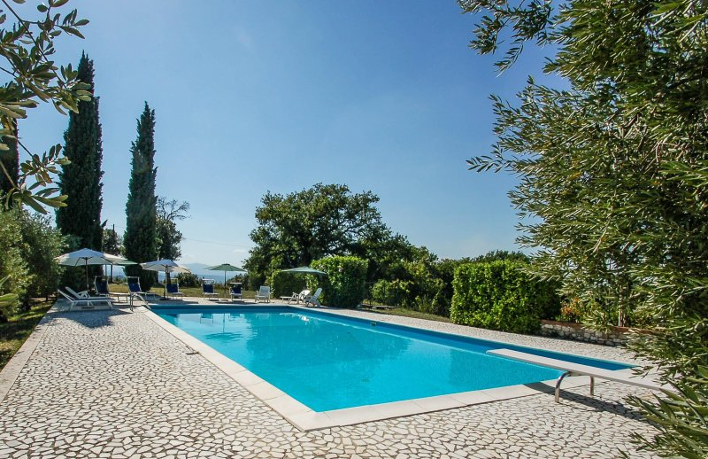 House with private pool 2km from Supermarket and restautant. 14x7 meter pool, location de vacances à Poggiolo