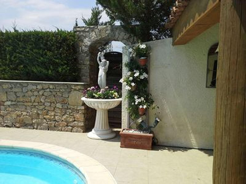 FEATURE IN POOL AREA
