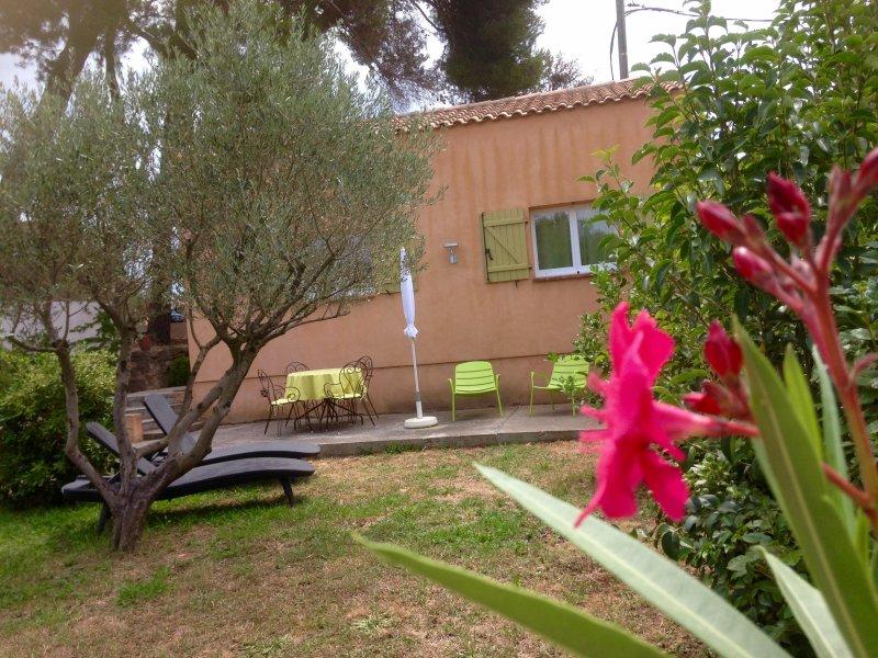 Au coeur de la Provence : Gite meublé climatisé :  La treille (pour 4 personnes), vacation rental in St Chamas