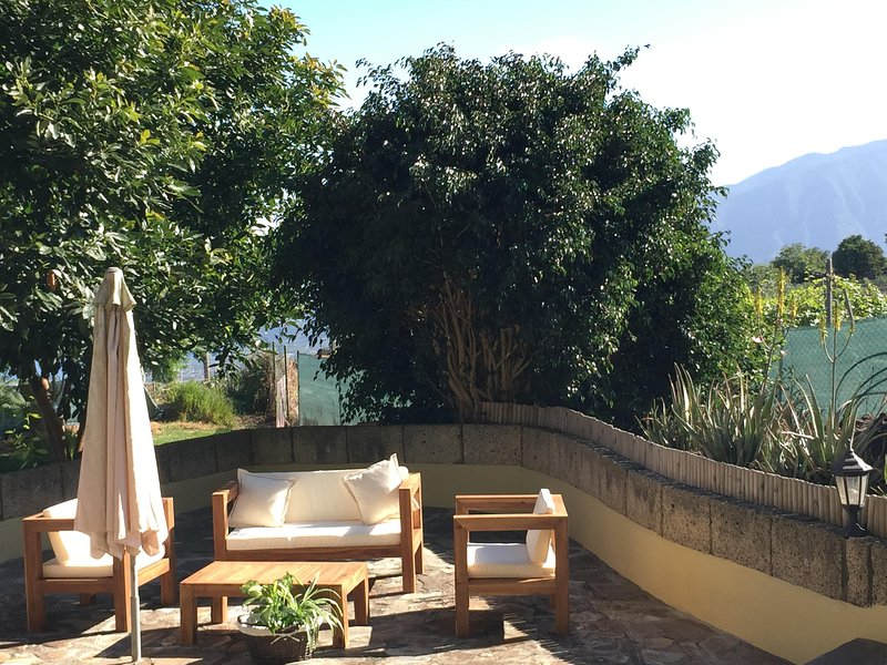 CASITA LAS VIÑAS , NEW RUSTIC REFURBISHED WITH AMAZING VIEWS AND PRIVATE JACUZZ, holiday rental in Los Realejos