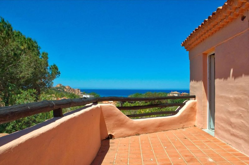 Sea Views Apartment, Just 5 min Walk To Beach, holiday rental in Isola Rossa