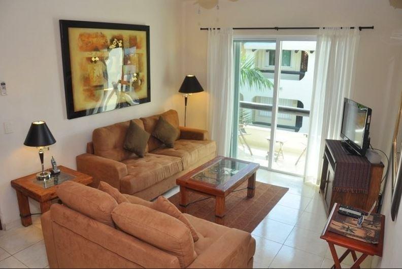 Sala de estar y balcón con vistas a la piscina