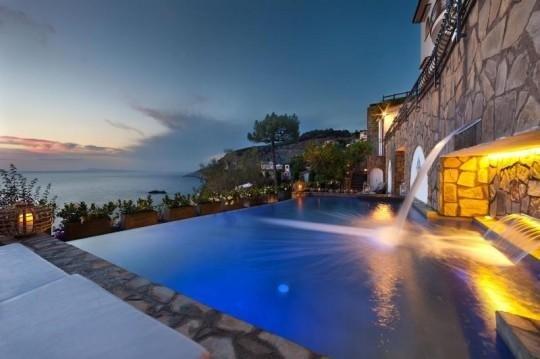 Sea-water pool near Sorrento, holiday rental in Marina di Puolo