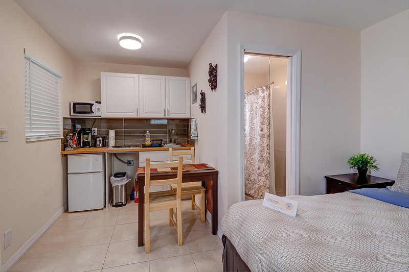 Cozy efficiency with queen size bed, kitchenette, wifi, cable tv and much more