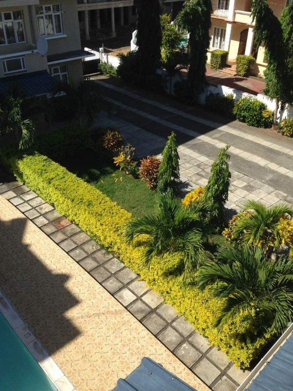 Jardim e estacionamento