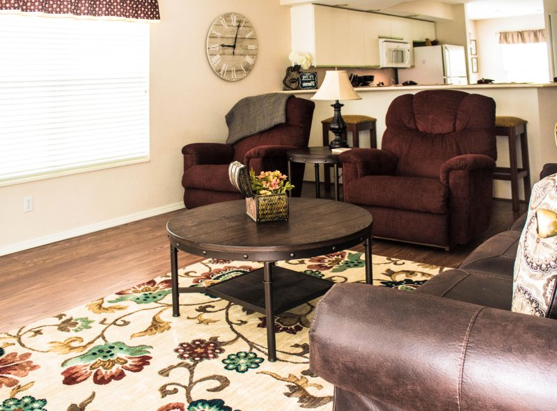 Comfortable, Family Friendly 2 BR/2 Bath Poolside Condo-Free WIFI, holiday rental in Branson