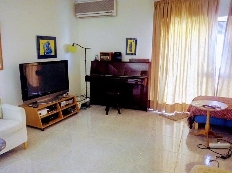 Living room with cable TV and Wi-Fi