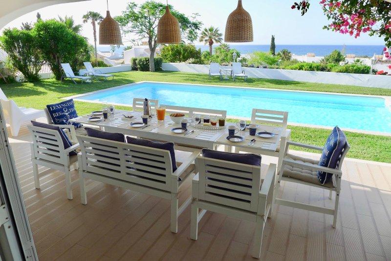 Villa avec vue mer, piscine eau salée et chauffée, 5 minutes à pied des plages, vacation rental in Albufeira